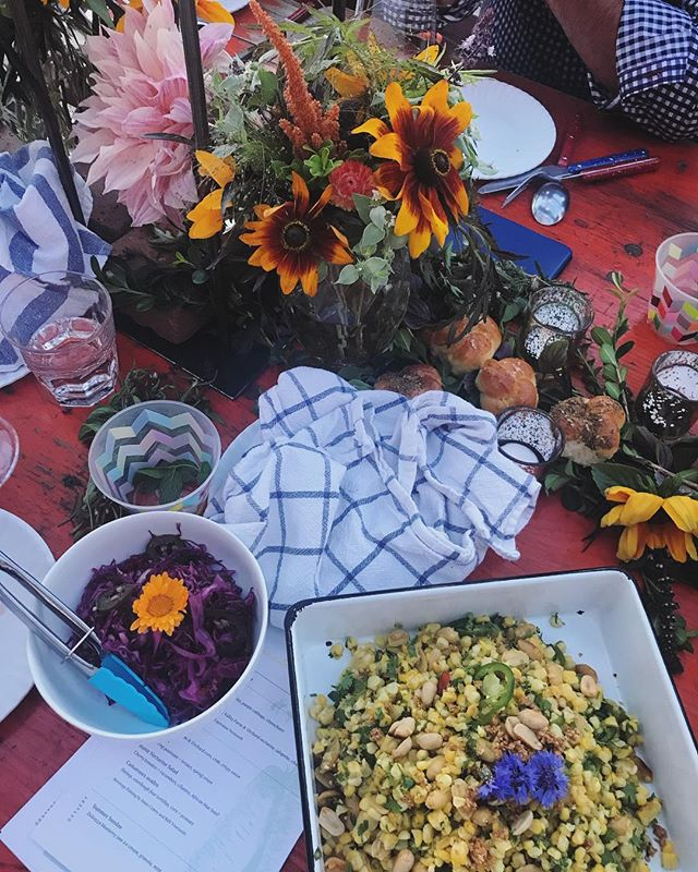 Still dreaming about all the pretty details and delicious food from this @makersmeals rooftop dinner on Monday. 🥘: @timberpizzaco + @loveandcarrots | 🌺: @onarosefloral #MakersMeals