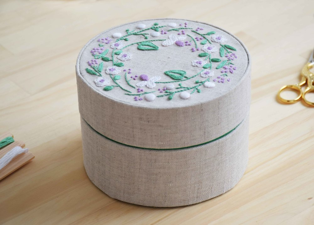 草花の刺繍 リネンの道具箱