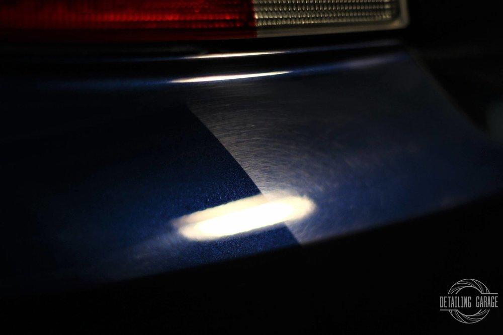 Renowacja lakieru - Renowacja lakieru przywróci salonowy stan Twojemu samochodowi.Polerowanie - korekta lakieru to jeden z najbardziej spektakularnych zabiegów detailingowych. Podczas procesu regeneracji usuwamy wszelkie rysy, skazy i zmatowienia. Usługa przywraca, a nawet potęguje głębię koloru i nadaje szklisty blask karoserii. Warto podkreślić, że proces odnowy lakieru jest procesem trwałym i zupełnie bezpiecznym.
