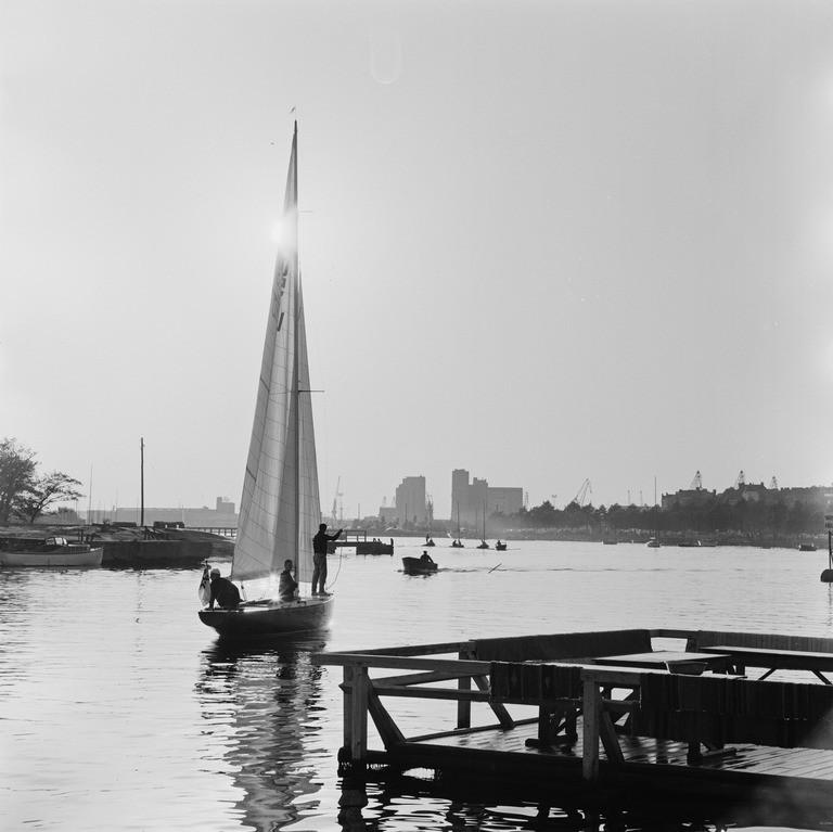 Teresita Uunisaarensalmessa ja matonpesulaituri Kaivopuiston rannassa 1964 (kuva V. von Bonin, HKM / Finna, CC BY-ND 4.0)