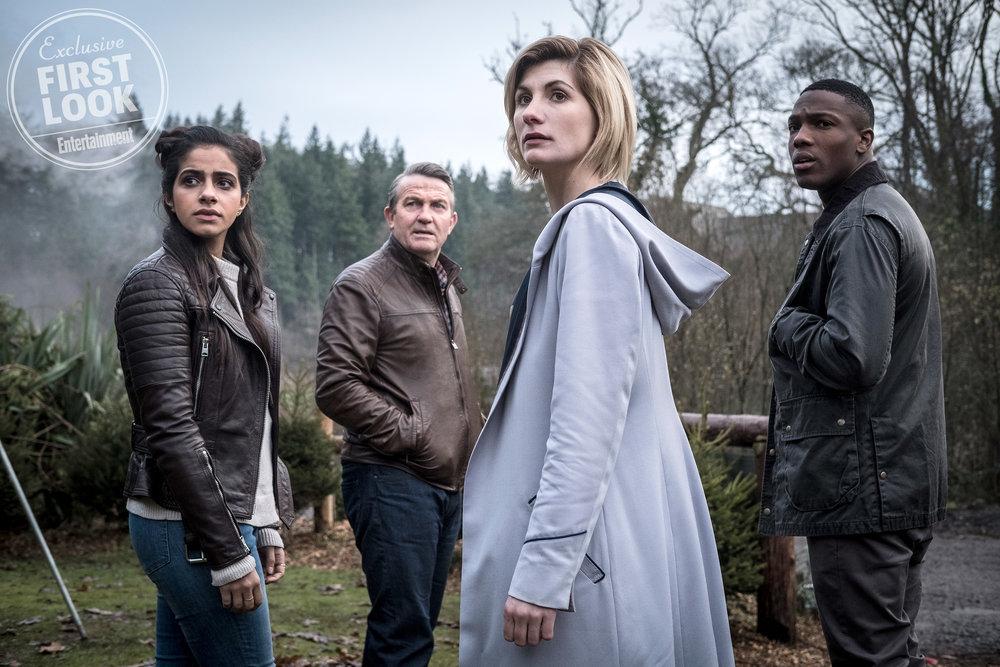 Yasmin (Mandip Gill); Graham (Bradley Walsh);Jodie Whittaker (13ª Doutora); Bryan (Tosin Cole)