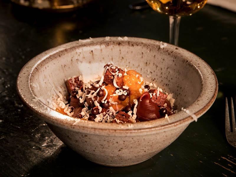 Myltade hjortron serveras med kola och en sås på 64-procentig Wahlrona-choklad och små bitar av brownie.