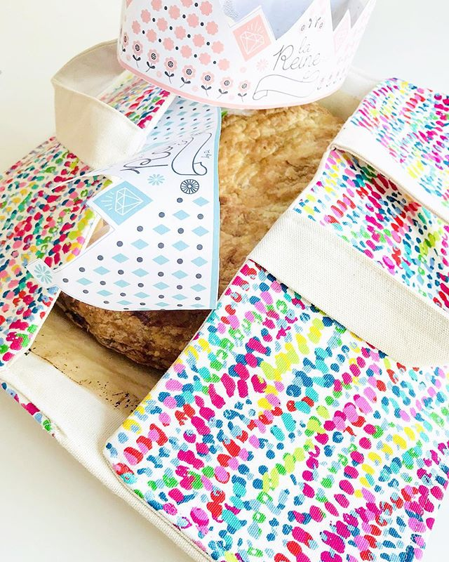 An easy way to bring a pie to a party: the pie bag ! Ask in private message for fabric & color choices#pauletmadeleine #piebag #sewing #uniquegifts #madeineaston #sewing #abagforapie #homemade