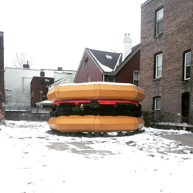 Who would have thought a burger🍔 could look so lovely laying in the snow ❄️ You'll be seeing @ame_sters burger through the winter 👍#publicart #giantburger