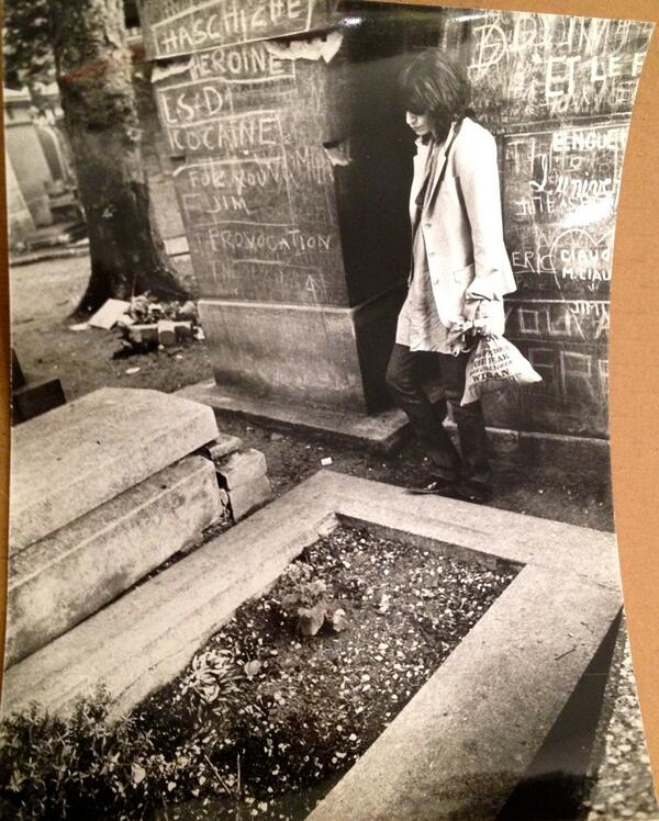 Patti Smith visiting Jim Morrisons grave.