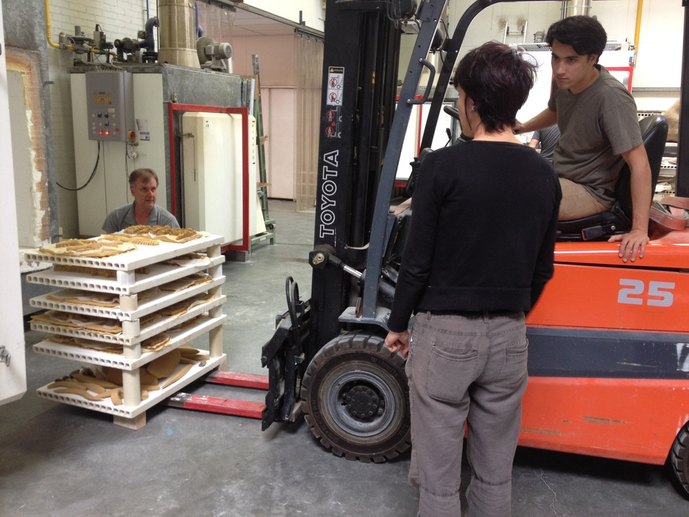 Marianne Peijneberg advises Jon Geiger as he aligns the fork lift to load the stack of kiln shelves into the Blaauw, with just millimeters of leeway either side