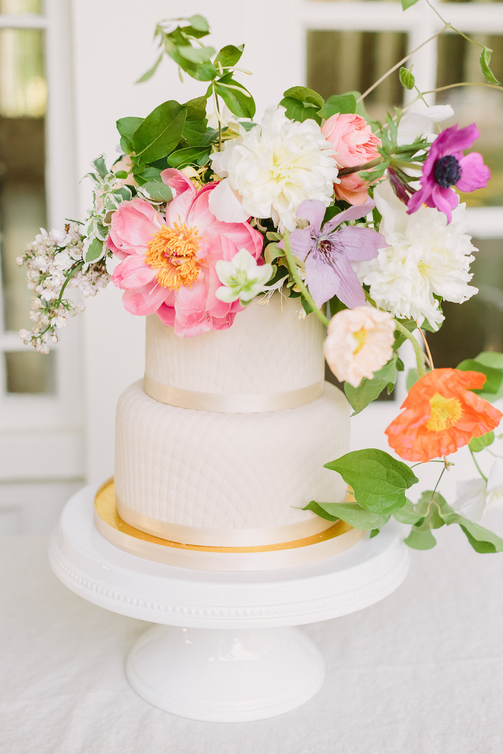 Floral accents on a simple round tier wedding cake