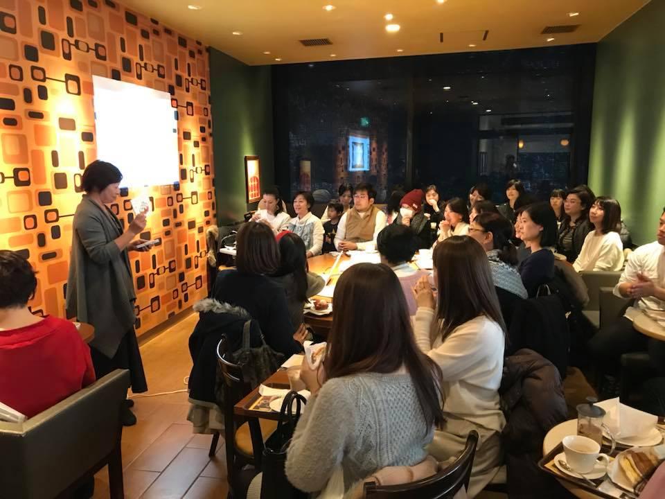 渋谷のカフェを貸し切って行われた出版記念パーティ。会場は満員。