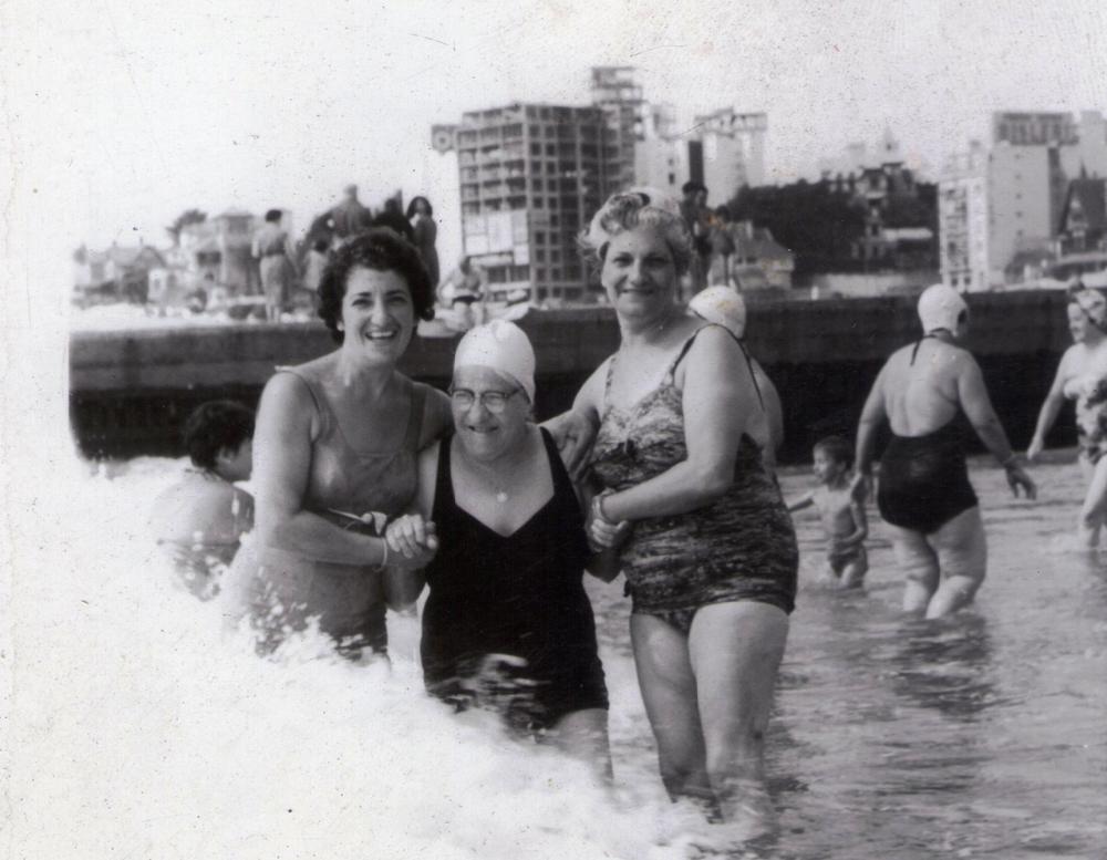 Ellas: mi bisabuela María y su hermana ayudan a mi tatarabuela a entrar en la ola.