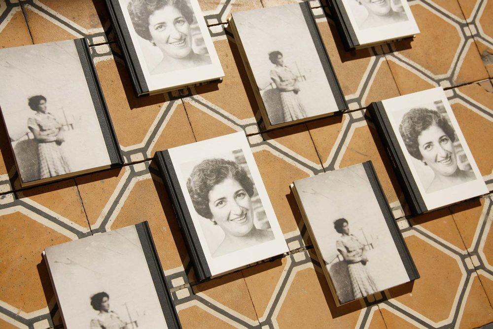 Encuadernación Artesanal:  la encuadernación del libro fue realizada a mano en el taller de  Luzie Q , combinando distintos papeles y terminaciones con un lomo de tela negra.