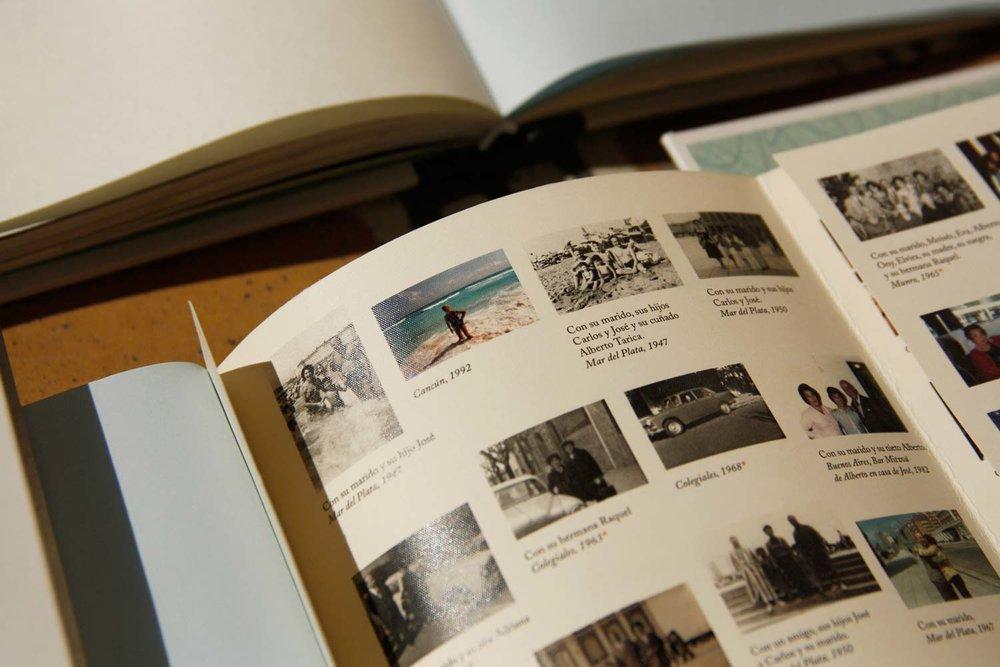 Desplegable: Lugar, fecha y nombres de las personas en cada foto, le permitirán al lector del futuro saber con mayor precisión sobre la vida de Mary. La pieza de despliega de forma horizontal al final del libro.