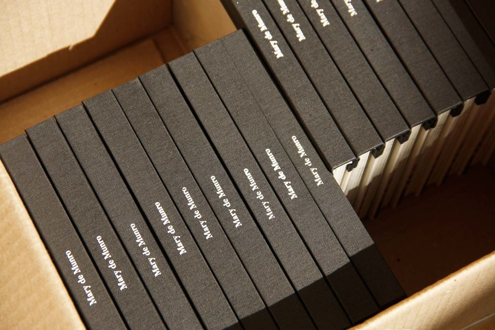 Lomo de tela impreso:Los lomos del libro fueron impresos en serigrafía en el taller Dos Calles.