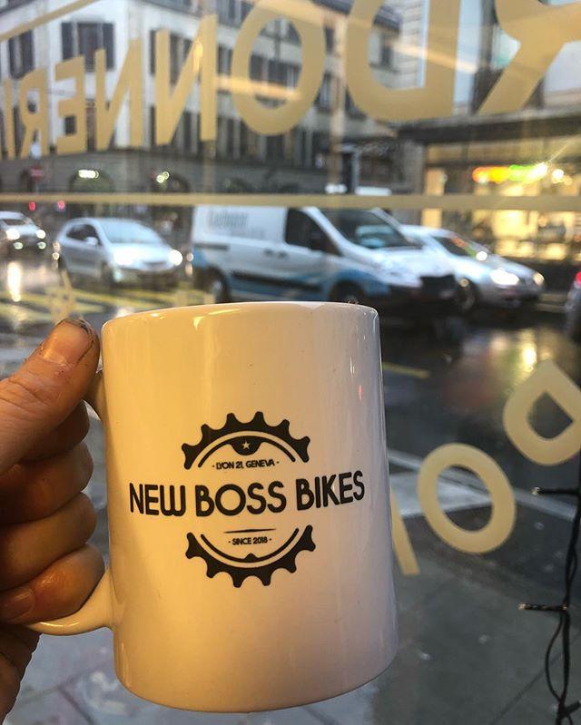 🚲🚲🚲🚴🏽♀️@lanouvellecordonnerie  On aime les vélos et les cyclistes et les vélos et éviter les bouchons et les vélos... Si vous cherchez de très beaux vélos ou bien un très bon mécanicien également agréé Stromer alors c'est au « New Boss Bikes » qu'il faut aller.  Et pour le rencontrer autour d'un verre, il y a l'inauguration maintenant au magasin 21 rue de Lyon. Bravo bravo pour tout ce beau boulot et tous nos vœux de réussite 🤗✨⭐️🚴🏼♀️🚲🚲🚲