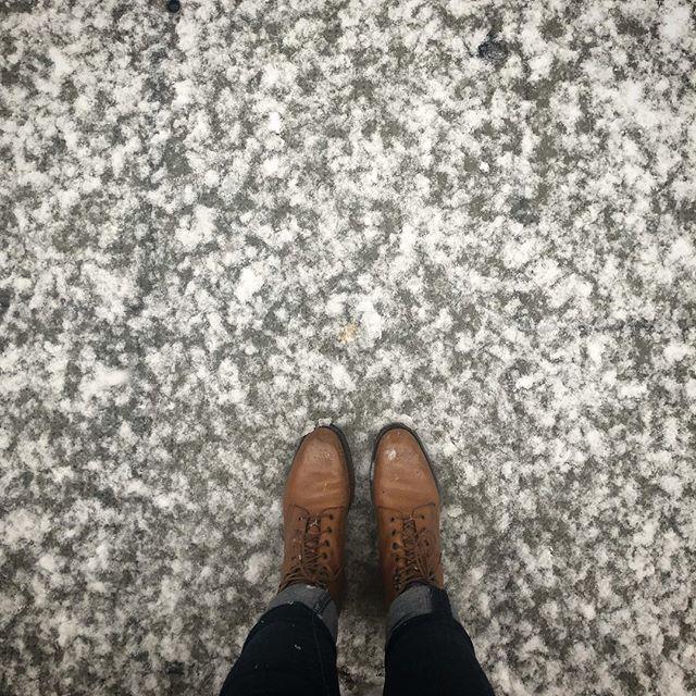 @lanouvellecordonnerie ❄️ ON AIME LA NEIGE ❄️ Le cuir s'il est bien nourrit et ciré ne craint pas la neige. #justsoyouknow #cordonnerie #shoerepair #cobbler #geneve #geneva #hiver #neige #pluie #cuir #impermeable #cirage @saphir_official @crockettandjones_official