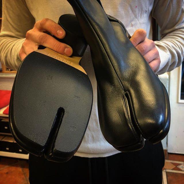 Semelles de protections sur des Jikatabi 🇯🇵 Modèle traditionel de chaussures japonaises✌🏼@lanouvellecordonneri #cordonnerie #cobbler #geneve #geneva #semelles #sole #tradition  #jikatabi #japon #margiela @mm6maisonmargiela