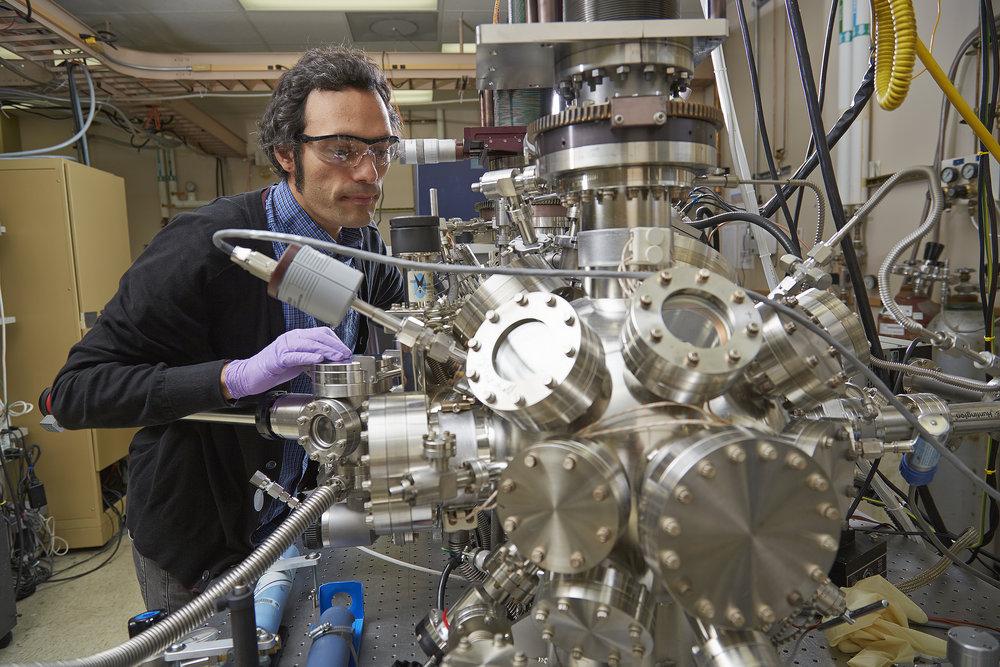 Parempien akkujen kehittämiseksi maailmalla on käynnissä kova kilpajuoksu. Sandia Labsin fyysikko Farid El Gabaly tutkimassa litium-rauta-fosfaatti pariston näytettä. Lisää aiheesta  https://goo.gl/VGthgK