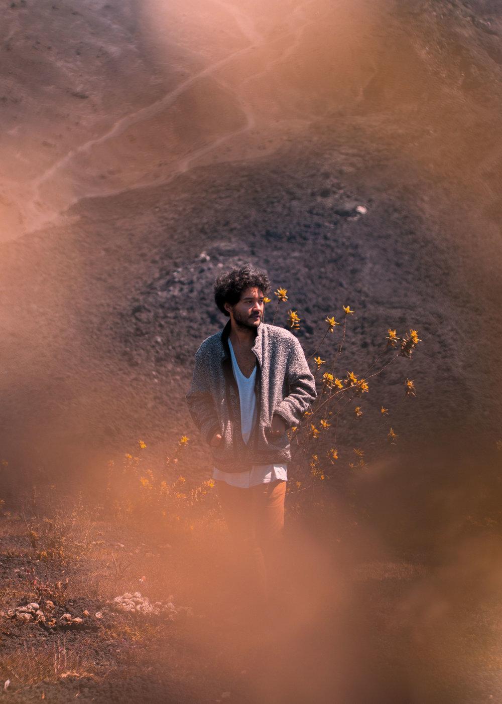 Di Laif - Di Laifes un músico y productor de Antigua Guatemala. Con su música, una mezcla de electrónica y elementos de todas partes del mundo,ha llevado a hipnotizar pistas de baile de los festivales más grandes e importantes de Guatemala como el Cosmic Convergence y Semana de Música Avanzada. Parte del colectivo Mazukamba Beatsque se enfoca en prender las pistas de baile con su mezcla de géneros en lugares como Antigua Guatemala, Ciudad de Guatemala, Panajachel y El Paredon Escuintla.Habiendo Publicado ya con uno de los sellos más importantes de la escena electrónica latinoamericana como lo es el Colectivo Shika Shika, encabezado por el artista El Búho y Barrio Lindo, este joven productor se posiciona en la vanguardia de la musica y pronto publicará un EP con QTZLCTL.
