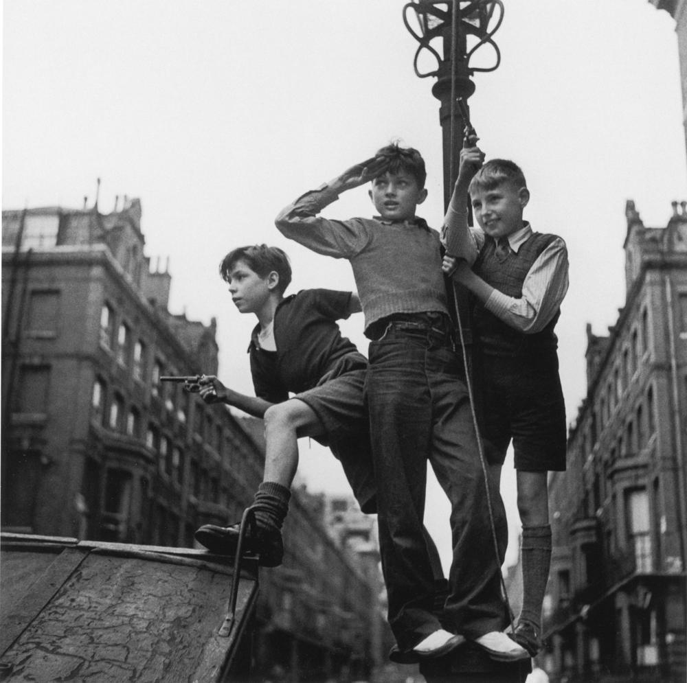 Jungen auf Strasse Ldn 036.jpg