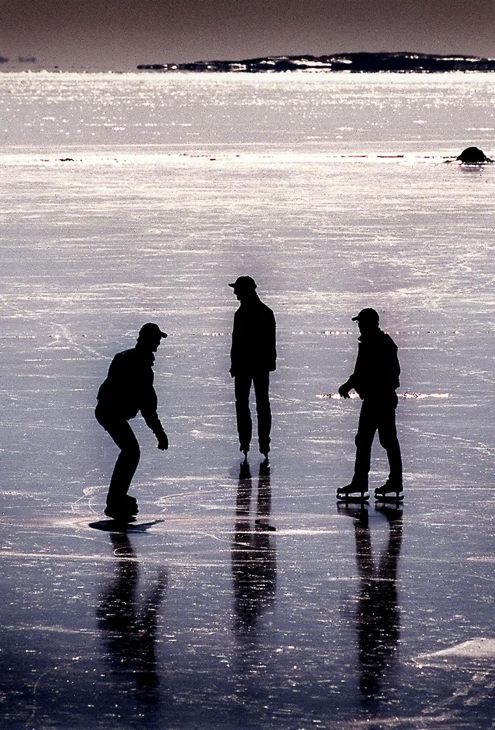 Luistelijat kevätjäällä , Helsinki, Suomi 1998