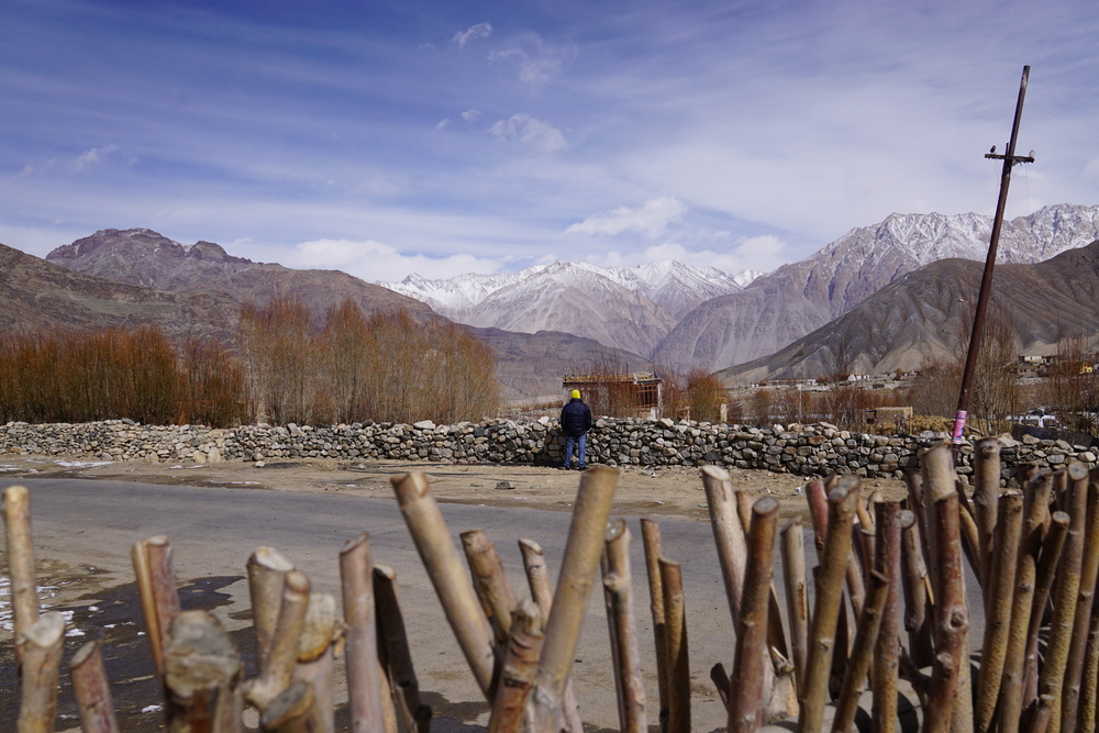 How pretty are those winter views in ladakh? If he was taking a leak, I am pretty sure he would remember this view for the rest of his life. I would, at least!