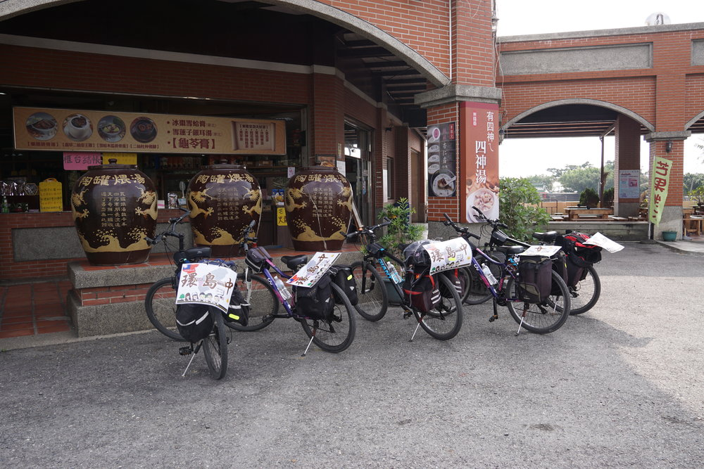 a rare OCCASION where we met 5 malaysian chinese cyclists along the way on our journey cycling in taiwan