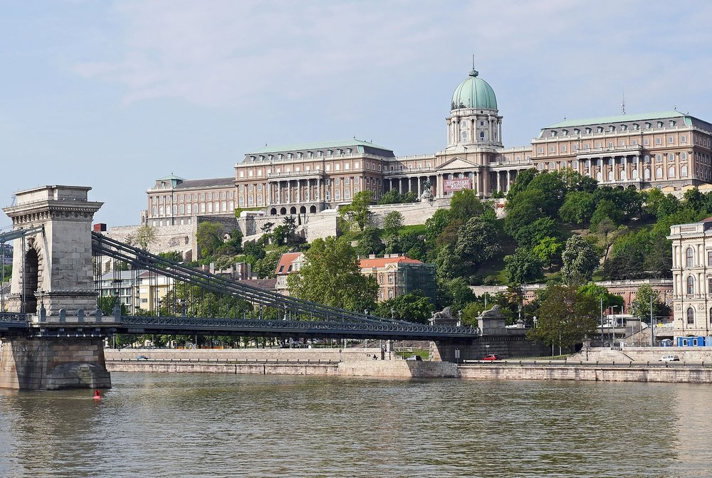The chain bridge connecting Buda with Pest and vice versa. Image by hpgruesen on Pixabay