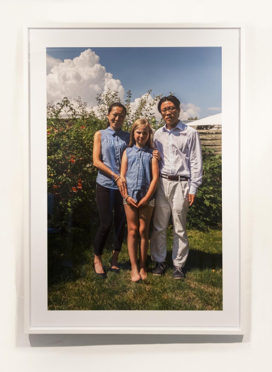 Jane Jin Kaisen,  The Andersons  (2015). Farvefotografi, indrammet, 93,3 x 142 cm. © Jane Jin Kaisen