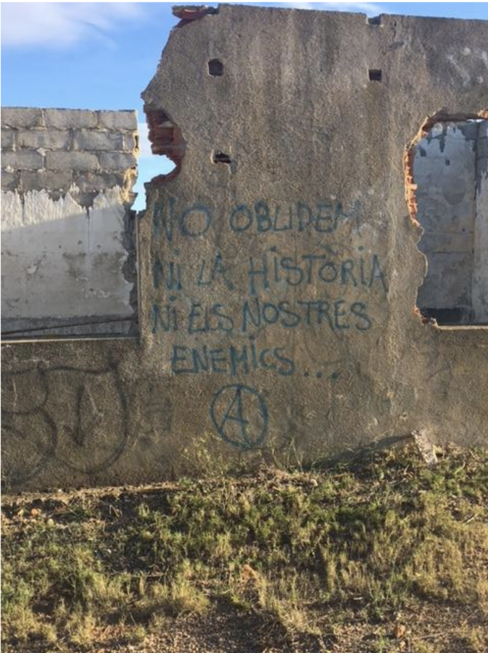 'No oblidiem ni la història ni les nostres enemics…'  'Forget neither the history or our enemies'