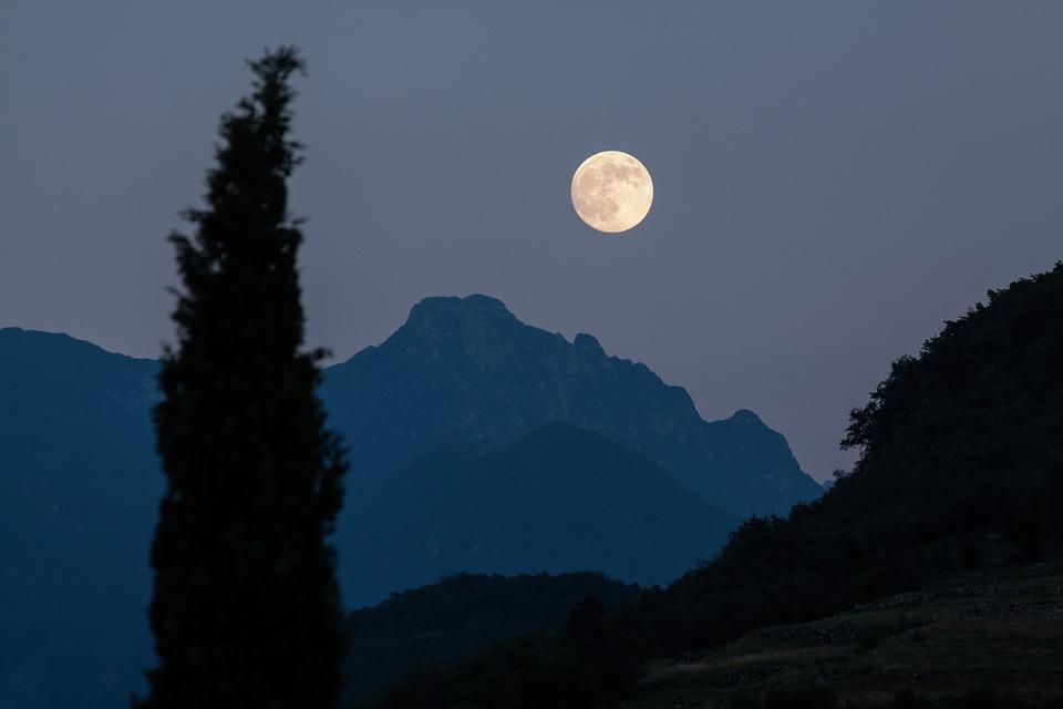 moon-crater-1172618_960_720.jpg