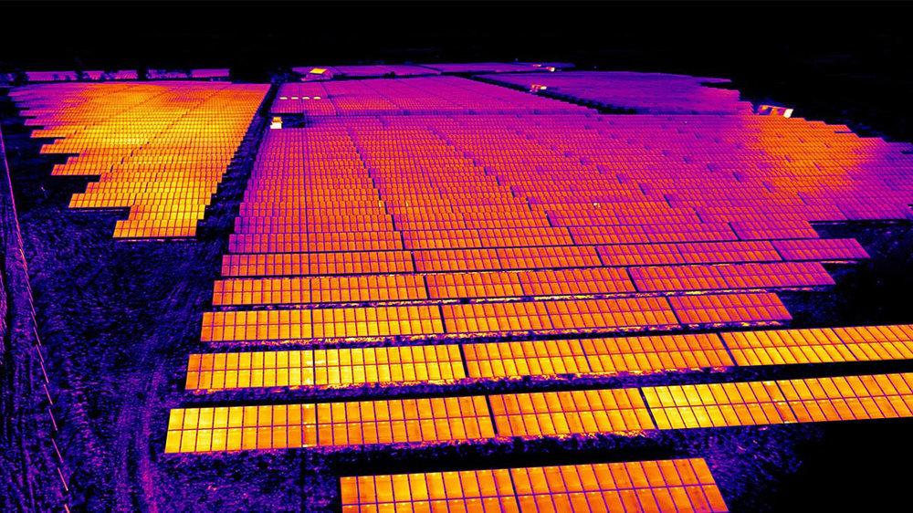 Eine Wärmebild eines Solarparks das mit einer Thermografie Drohne erstellt wurde. Auf einzelnen Modulen sind auch hier schon leichte Anomalien zu erkennen.
