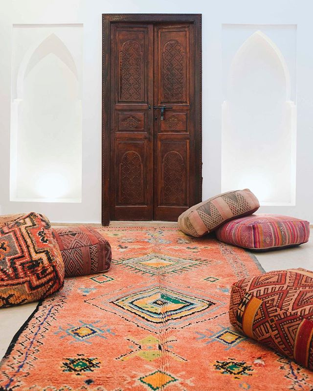 Poufs and #Vintage #Moroccan #Carpets add so much color to any room. #finditstyleit #apartmenttherapy #dsnicerug #dslooking #modernboho #rugs #rug #vintagestyle #decorcrushing #moroccanrug #ihavethisthingwithrugs #binnenkijken #pantone2018 #interieurinspiratie #interieurstyling #vintagerug #moroccanrugs #interieur #interior 