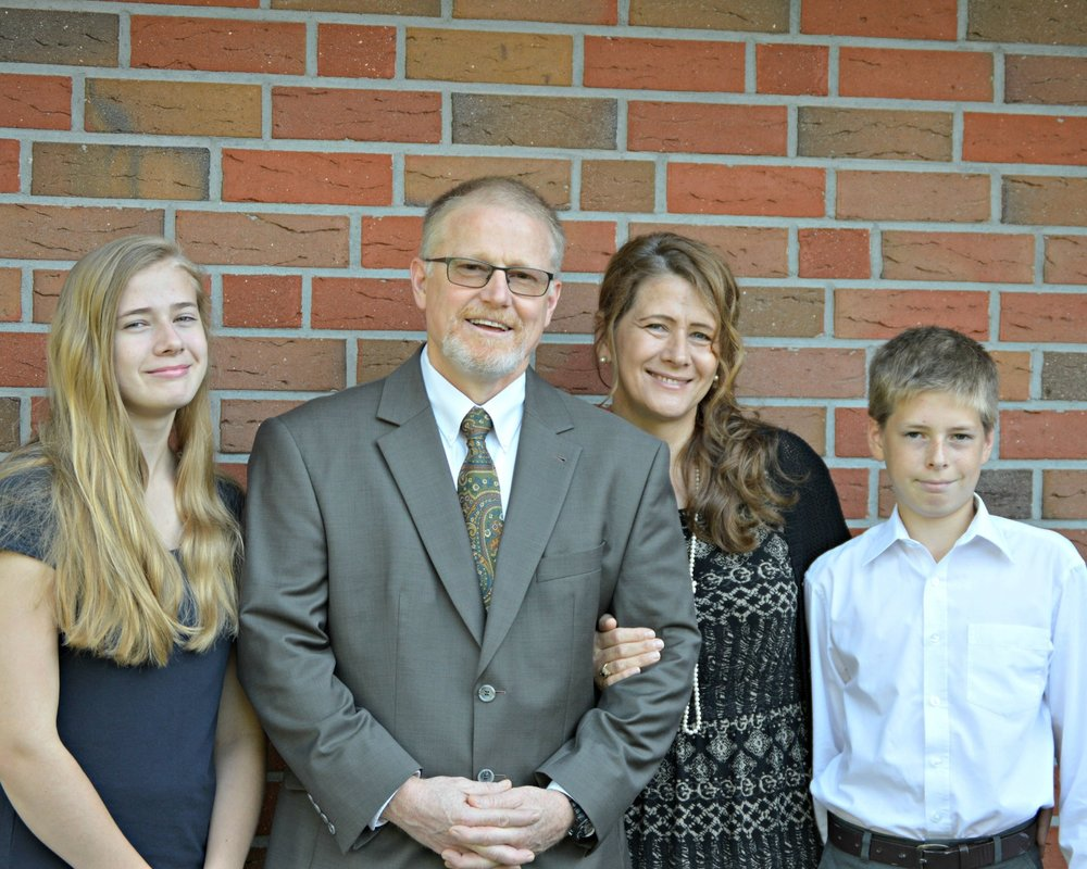 Tim and Linda Kelly with 2 of their children (Samantha & Seth)