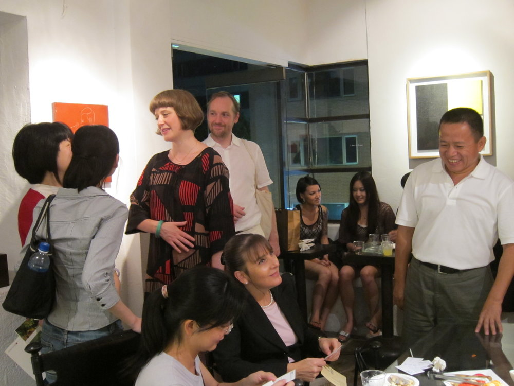 Artist Claire Hooper and Mark Aerial Waller were socializing with the local audience. The founder of IT Park Qing-Tang Liu (right) was exchanging an business card with the office of British Council pleasantly .