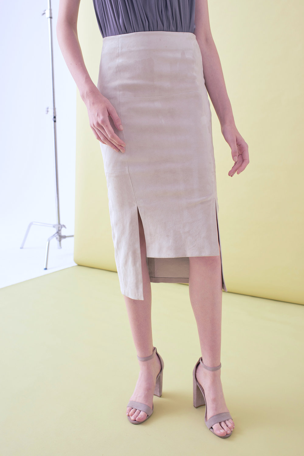 STRETCH SUEDE STEP FRONT SKIRT
