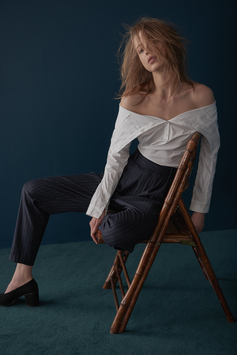 HIGH–NECK/OFF-SHOULDER COTTON SHIRT WITH TAPERED ZIP & CUFFED PINSTRIPE TROUSER