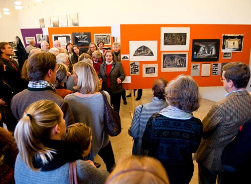 Blick in die Ausstellung wahrend einer Führung. Foto: Sexauer