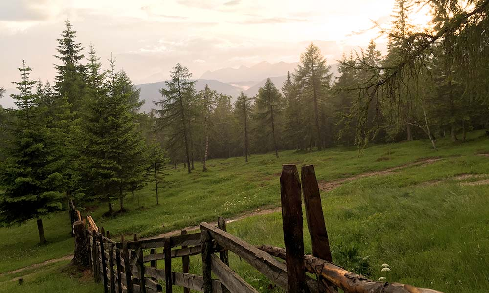 berghuette-panorama-ausblick-berge-sonnenuntergang.jpg