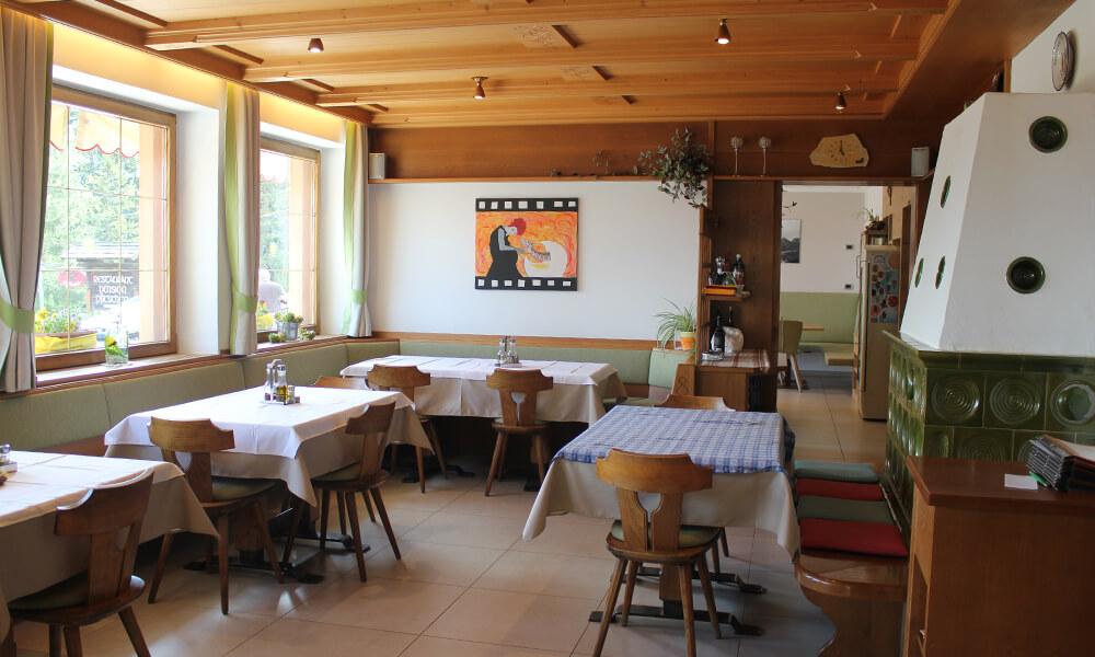 neues-restaurant-holz-beleuchtung-gruen-1.jpg