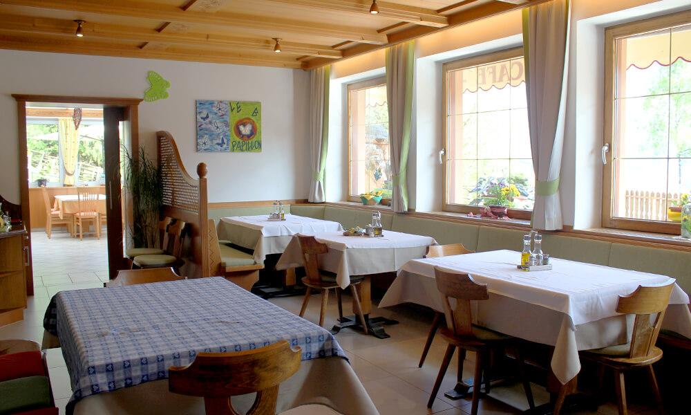 neues-restaurant-holz-beleuchtung-gruen-2.jpg