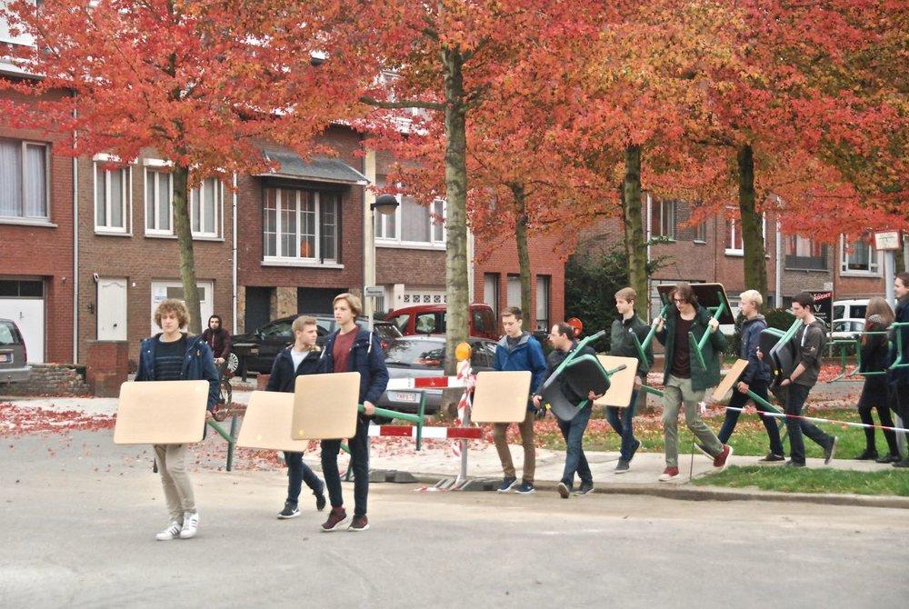 leerlingen verhuizen tafels en stoelen van campus Edegem naar campus Mortsel