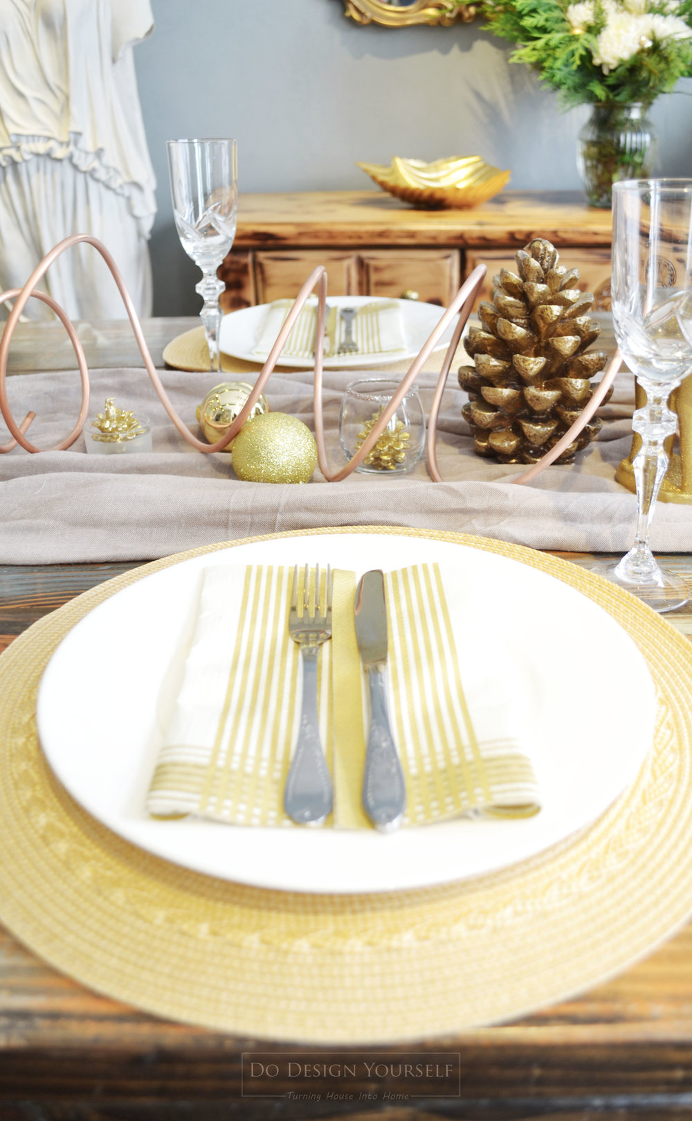 Looking for fun, yet elegant, Christmas table decor idea? see how to decorate on budget and mixing different metals - yellow and rose gold, silver, copper, and bronze.