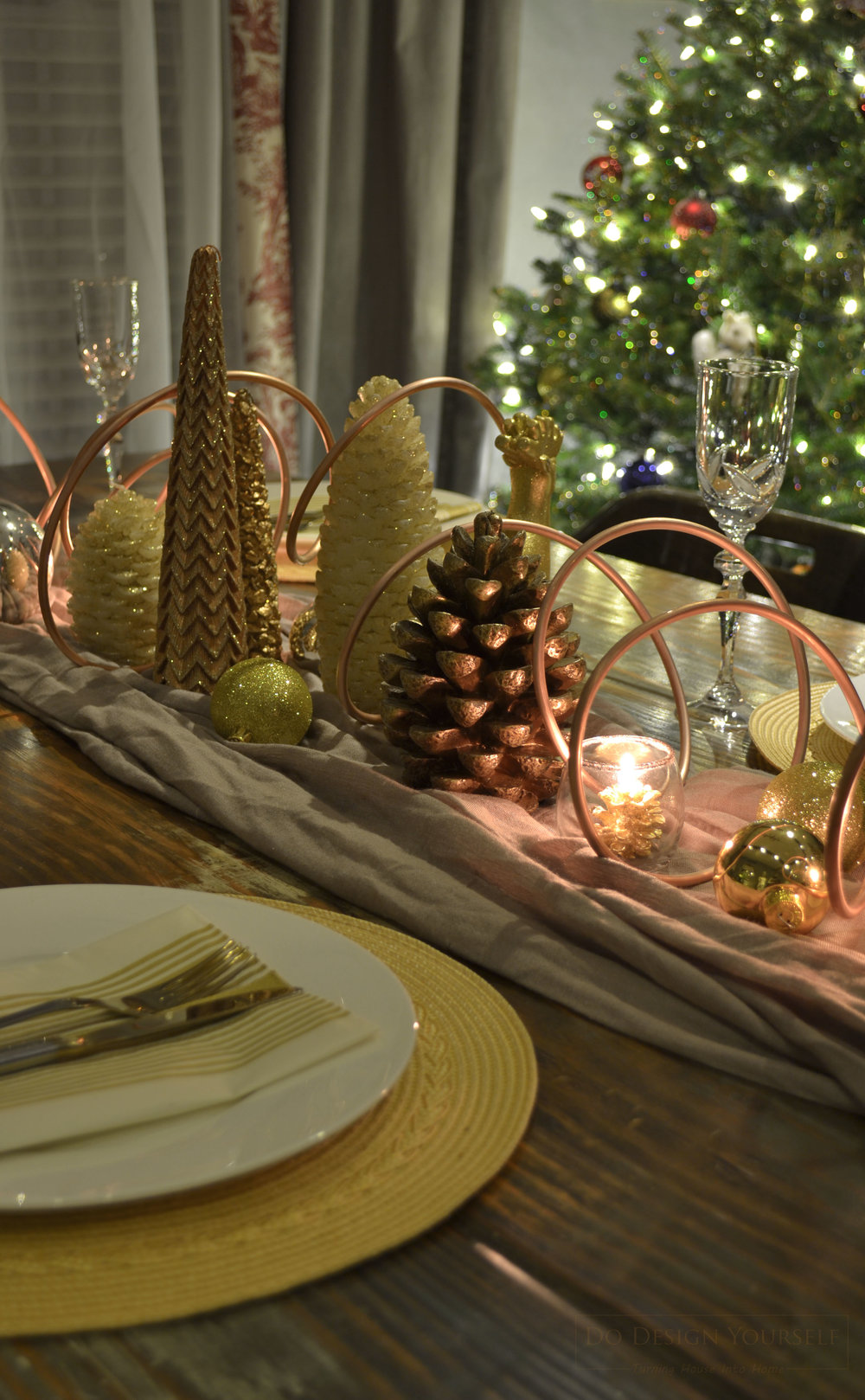 Looking for fun, yet elegant, Christmas table decor idea? see how to decorate on budget and mixing different metals - yellow and rose gold, silver, copper, and bronze. Christmas table decor and a tree at night.