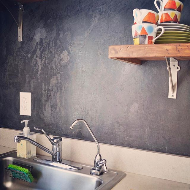 Can you guess what that backsplash is made of? A link to the answer is in my profile :) #diykitchenmakeover #diybacksplash #kitchenbacksplash #venetianplaster #marmorinohydro
