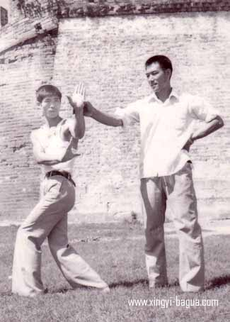 81年师父刘敬儒在荆州传授弟子胡耀武八卦掌  Grand Master Liu Jing Ru teaching Bagua Zhang to his disciple, Hu Yao Wu. 1981 in Jingzhou, China.