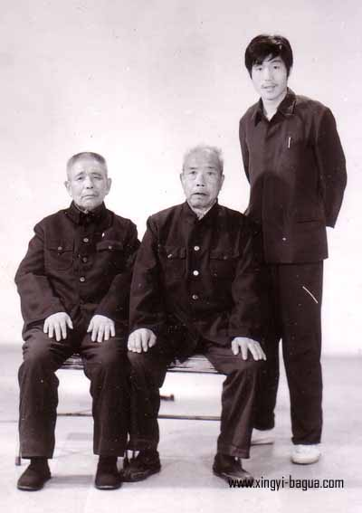 80年代沙市合影 左 形意八卦名师 陈文卿(湖北)中 形意八卦名家 王其昌(北京)右 学生胡耀武  Picture taken at Shashi in the 1980's. Left: Xingyi Bagua Master Chen Wen Qing (Hubei); Middle: Xingyi Bagua Master Wang Qi-chang (Beijing); Right: Disciple Hu Yao Wu.