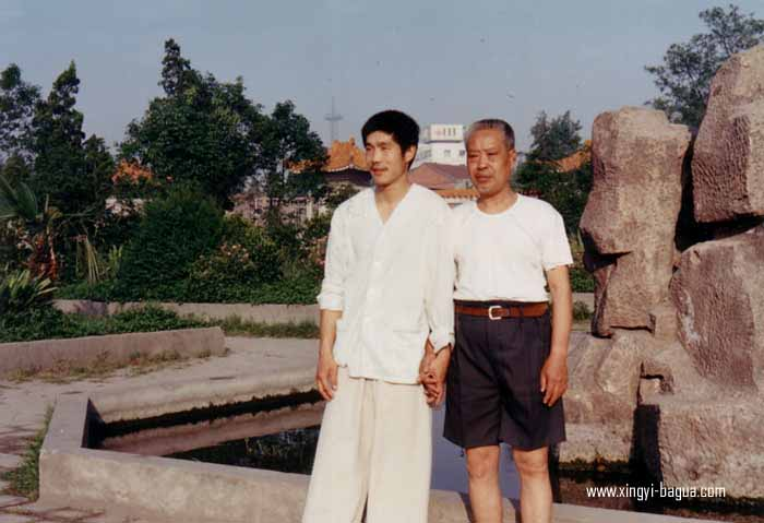 师徒合影 (89年于荆州)右一 胡耀武, 右二 师父耿德福  Master and disciple photo (1989 years in Jingzhou) Left: Hu Yao Wu; Right: Master Geng De Fu.