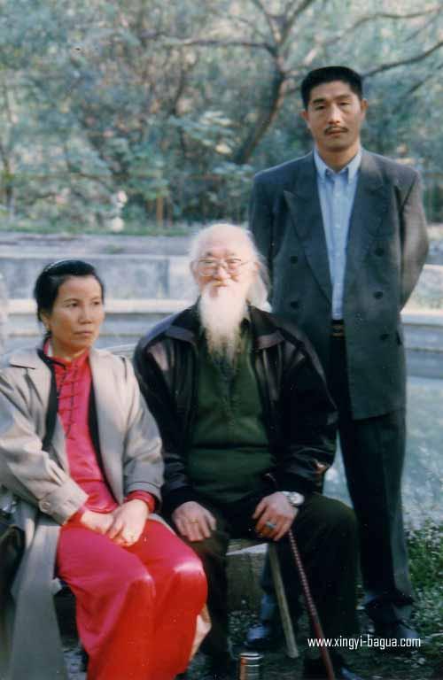 武当太极八卦名家人称江南大侠 百岁老人吕梓剑与胡耀武留影  Wudang Taiji Bagua Grand Master Lu Zi Jian (over 100 years old) pictured with Hu Yao Wu.