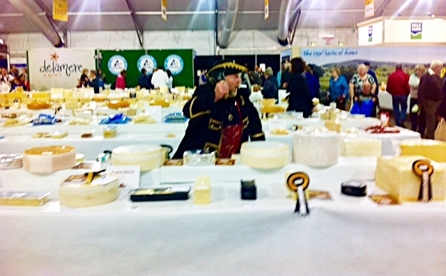The festivites begin with the Guilde Internationale des Fromagers ringing the bel l