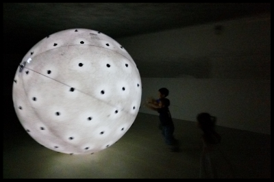Charcoal studs are fixed onto the huge sphere and the children got the opportunity to move the sphere around in the room, creating marks on the wall, ceiling and floor. The children got to experience through this activity how it is like floating in the water.