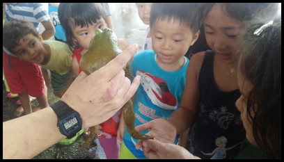 The children were thrilled to touch and feel the bullfrogs.